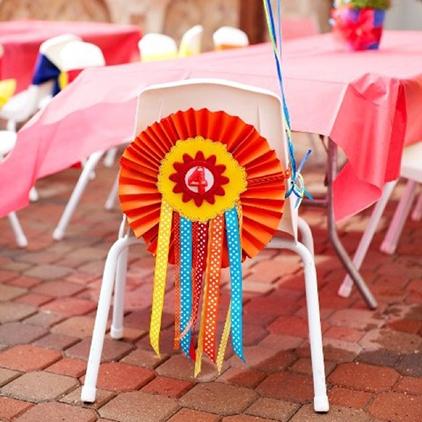 רעיונות לקישוט כיסא יום הולדת - מניפת נייר