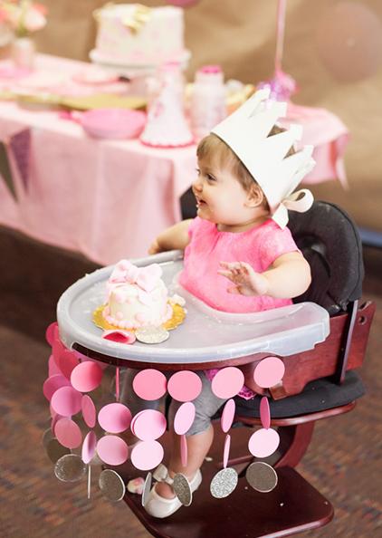 רעיונות לקישוט כיסא יום הולדת - גרלנדת עיגולים