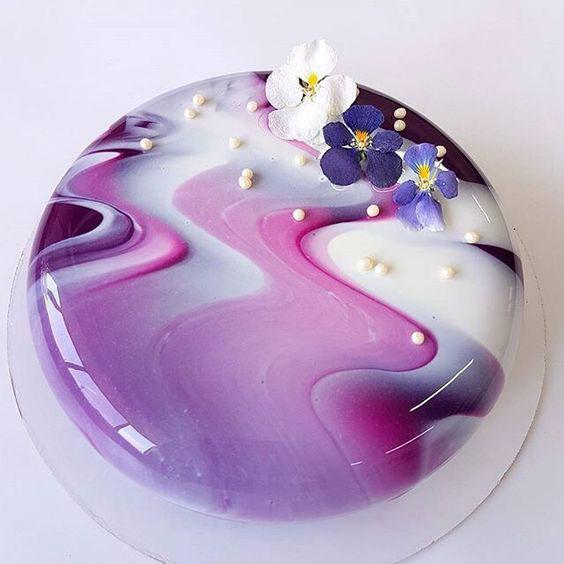 טרנדים בקישוט עוגות 2018 - עוגות זיגוג מראה