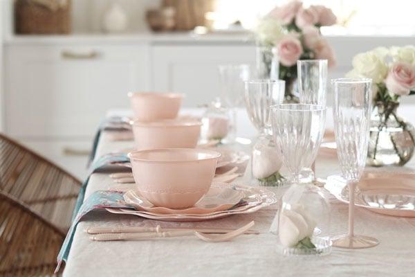 כך תעצבו שולחן אירוח פרחוני - שולחן ערוך