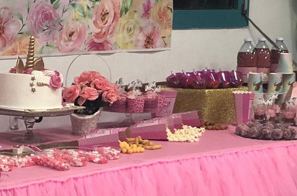 מסיבת חד קרן פרחונית מרהיבה לגיל שנתיים - עיצוב שולחן