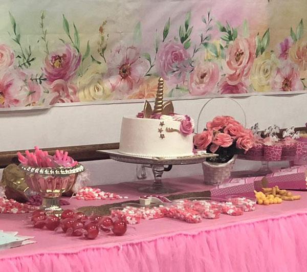 מסיבת חד קרן פרחונית מרהיבה לגיל שנתיים - עוגת חד קרן במרכז השולחן