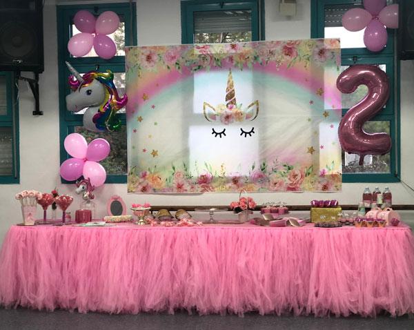 מסיבת חד קרן פרחונית מרהיבה לגיל שנתיים - שולחן מעוצב בוורוד ולבן