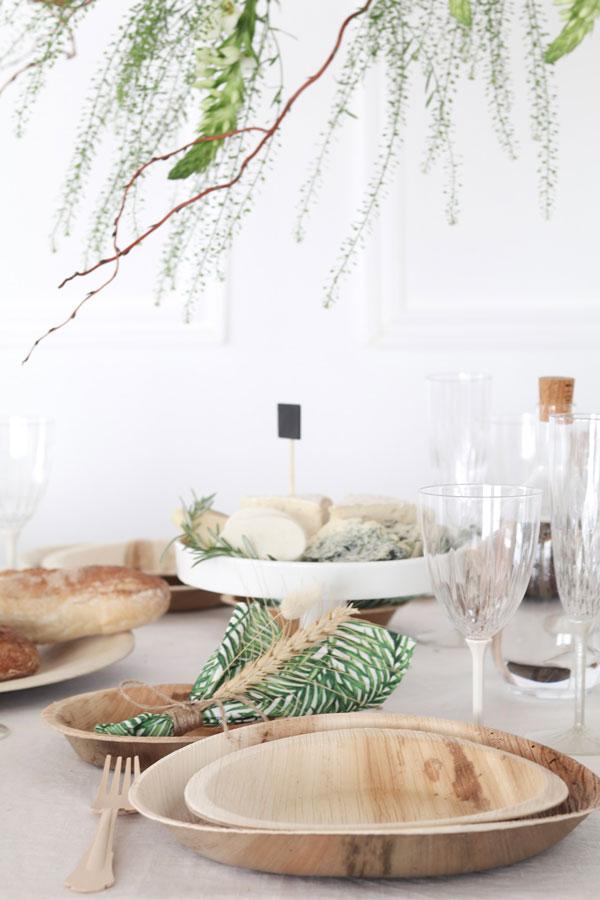 עיצוב שולחן חג שבועות - צלחות מתכלות עגולות