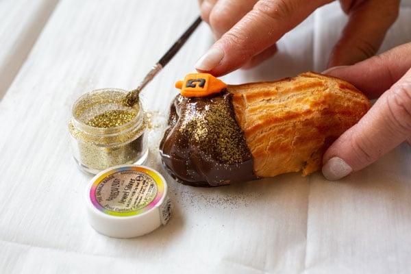 פחזניות טבולות בשוקולד גליטר עם קישוטי סביבונים צבעוניים