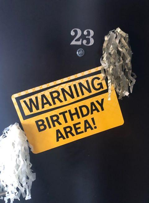יום הולדת כאן בונים - שלט סכנה כאן בונים