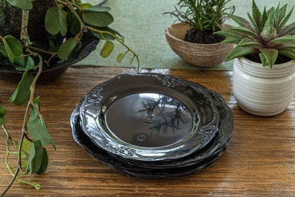 עיצוב שולחן וינטאג' שחור - צלחות חד פעמיות