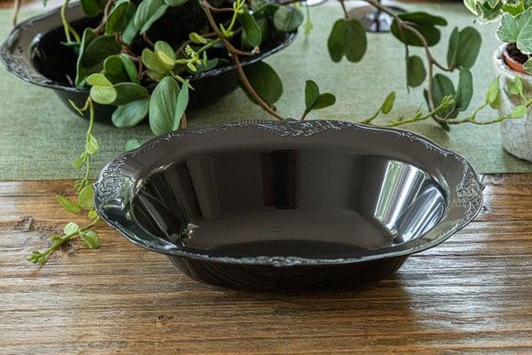עיצוב שולחן וינטאג' שחור - מגשים חד פעמיים