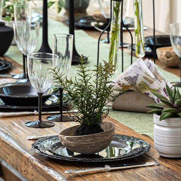 עיצוב שולחן וינטאג' שחור - קעריות קוקוס
