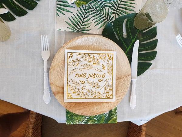 עיצוב שולחן חג שבועות - עלים טרופיים