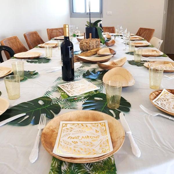 עיצוב שולחן חג שבועות - כלים מתכלים מעלי דקל