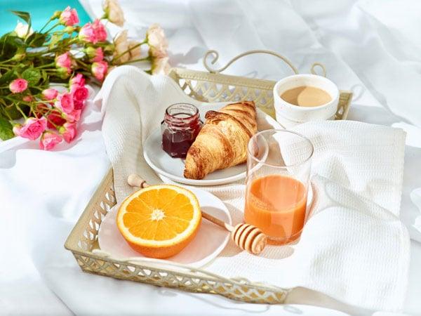 איך לחגוג יום נישואים בצל הקורונה - ארוחת בוקר במיטה