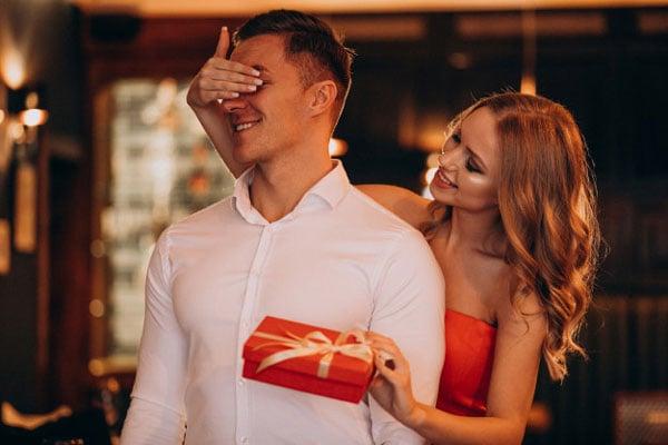 איך לחגוג יום נישואים בצל הקורונה - מתנות קטנות