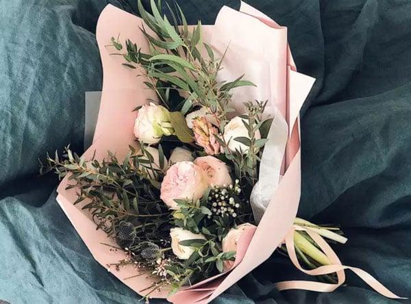 איך לחגוג יום נישואים בצל הקורונה - זר פרחים